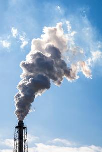工場煙突から煙が出る風景の写真素材 [FYI01711086]