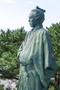 桂浜の坂本龍馬像を大接近して見るの写真素材 [FYI01711087]
