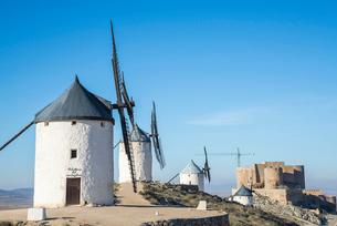 丘の上に建つ4基の風車とコンスエグラ城の写真素材 [FYI01711094]