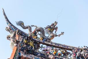 龍山寺屋根の飾り龍の写真素材 [FYI01711095]