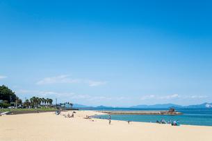 みなとオアシスゆうの潮風ビーチ越しに瀬戸内海の島並みを見るの写真素材 [FYI01711097]