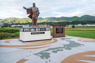山並みを背景に見る岩崎弥太郎の銅像の写真素材 [FYI01711100]