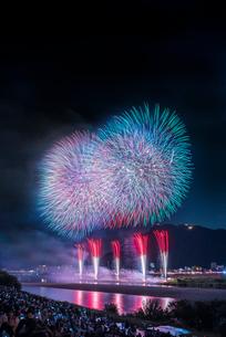 全国選抜長良川中日花火大会の打ち上げ花火の写真素材 [FYI01711104]