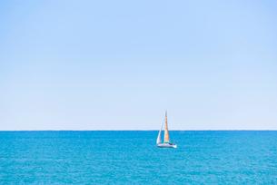 ヨットが浮かぶ真っ青な地中海の写真素材 [FYI01711111]