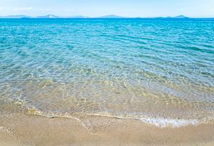 遠くに島並みを見る瀬戸内海の波打ち際の写真素材 [FYI01711121]