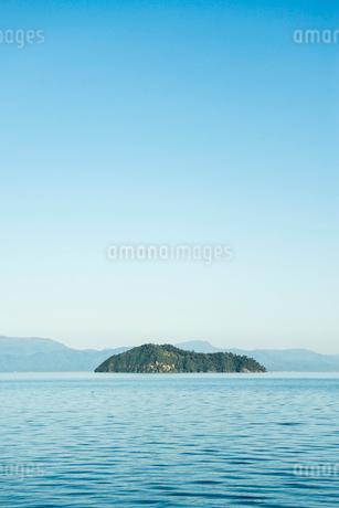 琵琶湖に浮かぶ竹生島の写真素材 [FYI01711135]