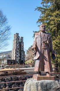 江川担庵像越しに見る韮山反射炉の写真素材 [FYI01711137]