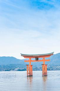 厳島神社大鳥居と瀬戸内の山並みを見る風景の写真素材 [FYI01711156]