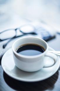 テーブルに置かれたモーニングコーヒーの写真素材 [FYI01711160]