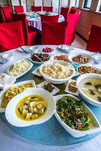 円卓に並ぶ中国料理の写真素材 [FYI01711166]