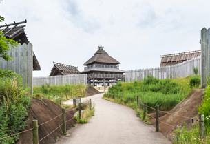 吉野ケ里遺跡北内郭主祭殿を見る風景の写真素材 [FYI01711171]