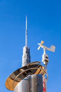 モニュメントに取り付けられた風向風速計と名古屋テレビ塔の尖塔の写真素材 [FYI01711186]