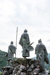 維新の門の坂本龍馬と澤村惣之丞と那須俊平像の後ろ姿の写真素材 [FYI01711195]