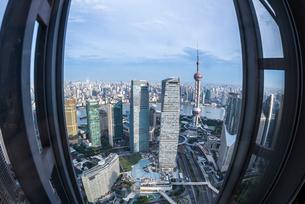 窓越しにシンボルタワーと高層ビル群外灘方面を見下ろすの写真素材 [FYI01711245]