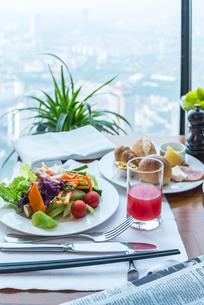 見下ろす窓辺の朝食風景の写真素材 [FYI01711248]