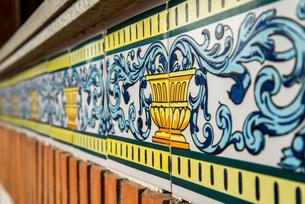 スペインタイルが貼られた壁面の写真素材 [FYI01711254]