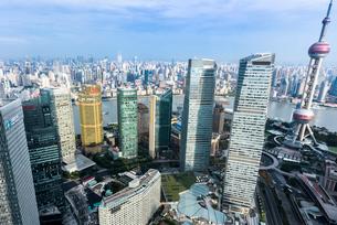 黄浦江をはさんだ高層ビル群を見下ろすの写真素材 [FYI01711257]