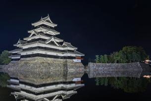 お堀に映る松本城夜景の写真素材 [FYI01711270]