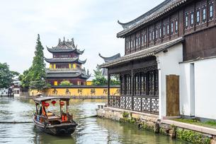 運河沿いに遊覧船と圓津禅院を見るの写真素材 [FYI01711271]