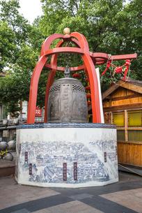 風調雨順国泰民安の漢字が彫られた鐘の写真素材 [FYI01711273]