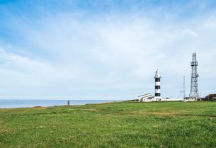 日本海と灯台を見る入道崎風景の写真素材 [FYI01711284]