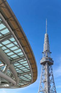 オアシス21のアール状の屋根越しに名古屋テレビ塔を見るの写真素材 [FYI01711295]