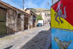 シチリアのシンボルトリナクリアの看板を見る石畳の町並みの写真素材 [FYI01711482]