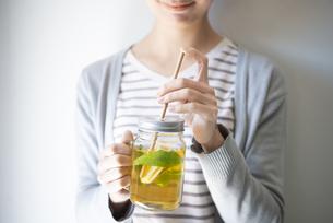 アイスレモンティーと紙ストローを持っている女性の写真素材 [FYI01711498]