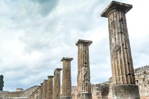 ポンペイ遺跡劇場広場の列柱を見る風景の写真素材 [FYI01711540]
