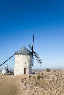 丘の上に建つ複数の風車の写真素材 [FYI01711603]
