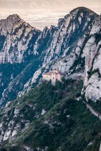 黒いマリア像発見地とされるモンセラット山間地に建つ聖堂の写真素材 [FYI01711663]