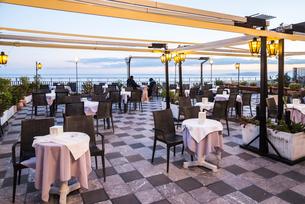 イオニア海を望むオープンテラスのカフェ風景の写真素材 [FYI01711678]