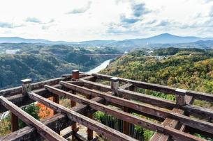 苗木城天守展望台より木曽川と遠く山並みを望むの写真素材 [FYI01711726]