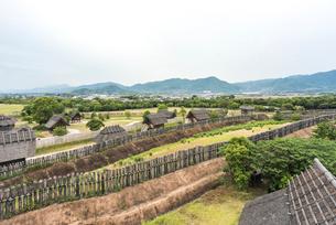 吉野ケ里遺跡南内廓物見櫓より北西方向を望むの写真素材 [FYI01711751]