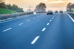 夕焼けを見るイタリア高速道路風景の写真素材 [FYI01711752]