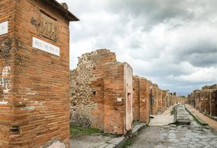 ポンペイ遺跡レンガ建造物が続く通り風景の写真素材 [FYI01711753]