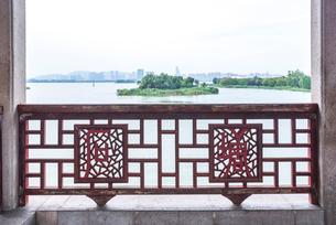 橋の欄干より遠く無錫の街並みを望むの写真素材 [FYI01711800]