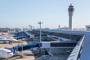 管制塔と駐機中の旅客機を見る風景の写真素材 [FYI01711801]