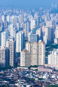 上海の高層ビル群を見下ろすの写真素材 [FYI01711802]