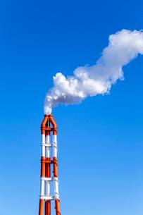 青空に上がる工場煙突からの煙の写真素材 [FYI01711887]