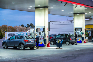 給油中のパーキングのガソリンスタンド風景の写真素材 [FYI01711893]