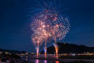全国選抜長良川中日花火大会の打ち上げ花火の写真素材 [FYI01711898]