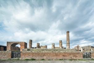 フォロに面したユピテル神殿の写真素材 [FYI01711906]