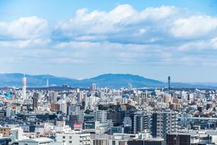 遠くに山並みを見る名古屋市街地の写真素材 [FYI01711914]
