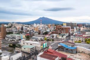 弘前市街越しに岩木山を望むの写真素材 [FYI01711917]
