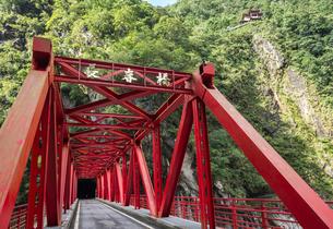 太魯閣渓谷の長春橋越しに山の中腹の鐘楼を見るの写真素材 [FYI01711937]