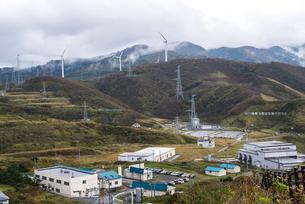 津軽半島最北端の風力発電風車が立つ山並みの写真素材 [FYI01711945]