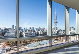 窓越しに名古屋テレビ塔とオアシス21水の宇宙船を見る風景の写真素材 [FYI01711971]