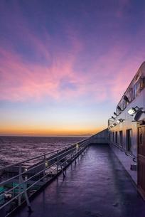 フェリーデッキ越しに地中海の朝焼けを見るの写真素材 [FYI01711975]