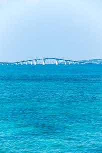 コバルトブルーの海に架かる伊良部大橋の写真素材 [FYI01711997]